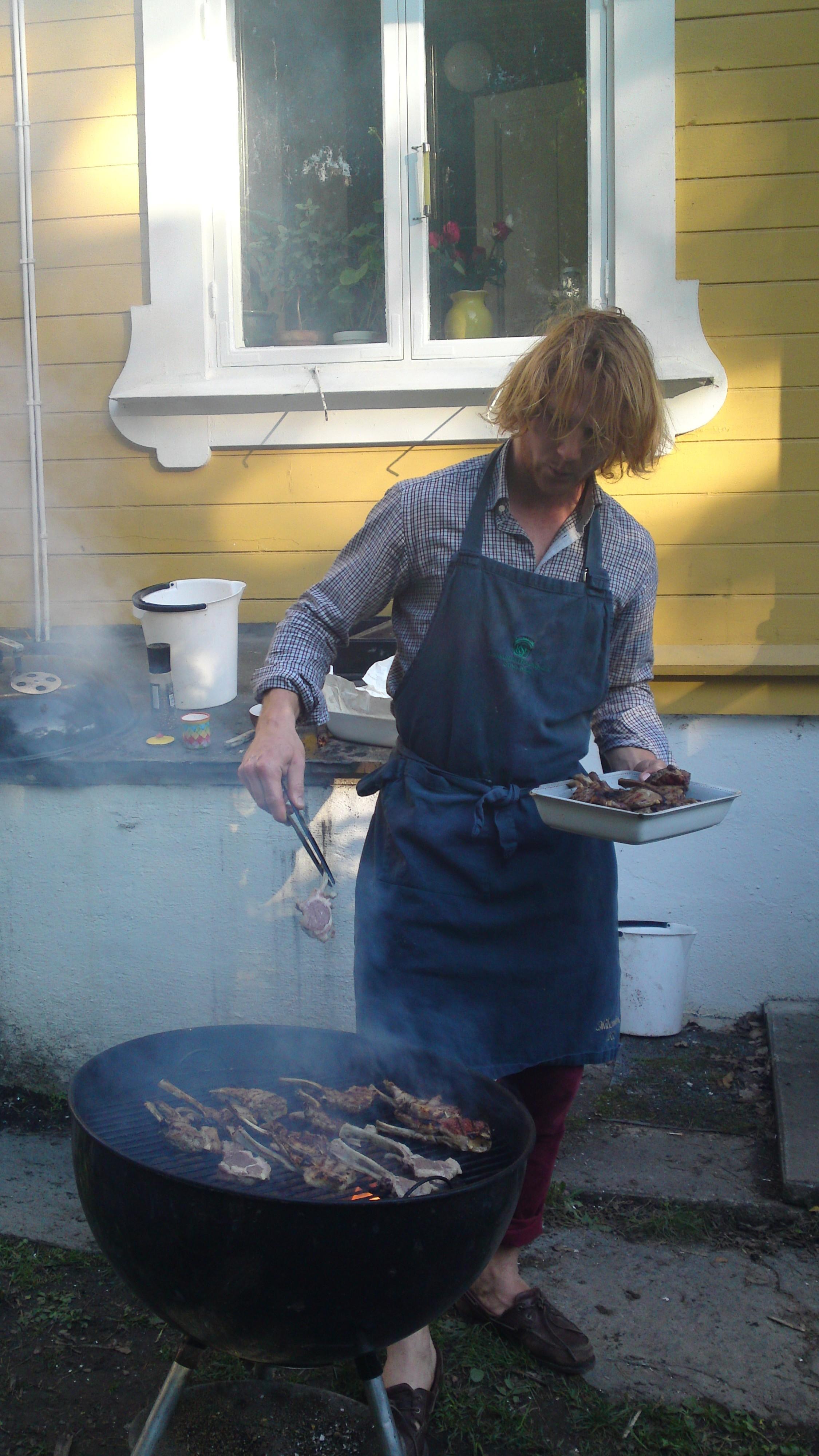 Min son Christian grillar gott kött i helgen