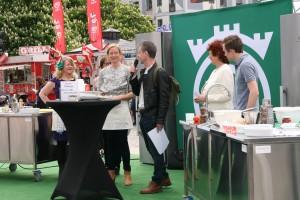Duellanterna Anne-Lie Elfvén (fp) och Katarina Luhr(mp) i diskussion med juryn